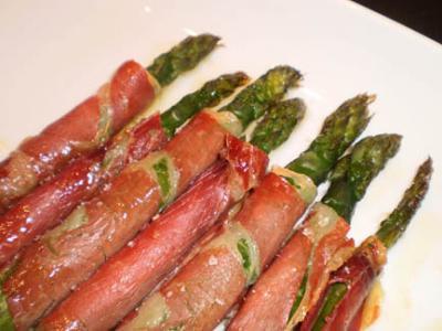 Espárragos verdes asados con jamón serrano